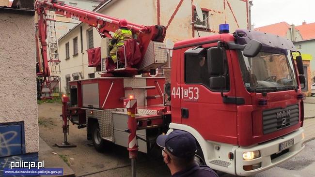 Staruszka otrzymała pomoc od policjantów i strażaków