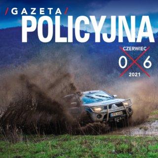 Fragment okładki czerwcowego numeru Gazety Policyjnej przedstawiający pędzący przez zabłoconą drogę policyjny samochód terenowy.