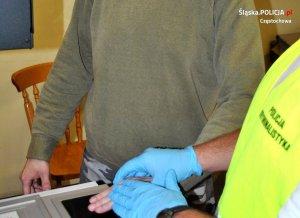 zatrzymany składa odciski palców