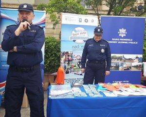 policjanci Biura Prewencji KGP na stoisku promocyjnym