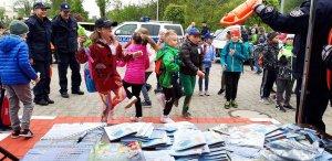 """dzieci tańczą podczas pikniku w ramach akcji """"Kręci mnie bezpieczeństwonad wodą"""""""