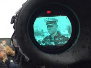 briefing prasowy - podinsp. Radosław Kobryś w wizjerze kamery