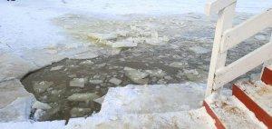 Połamany lód na zbiorniku wodnym