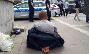 Policjanci z mężczyzną w okolicach banku, gdzie doszło do zatrzymania