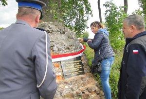 Policjanci odsłonili tablicę pamiątkową na grobach polskich policjantów na Wołyniu