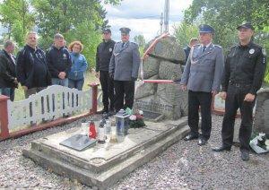 Policjanci odsłonili pamiątkową tablicę na cmentarze w Lubomlu