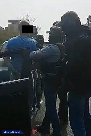 Policjanci z osobą zatrzymaną