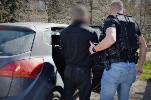 zatrzymany z policjantem przy radiowozie