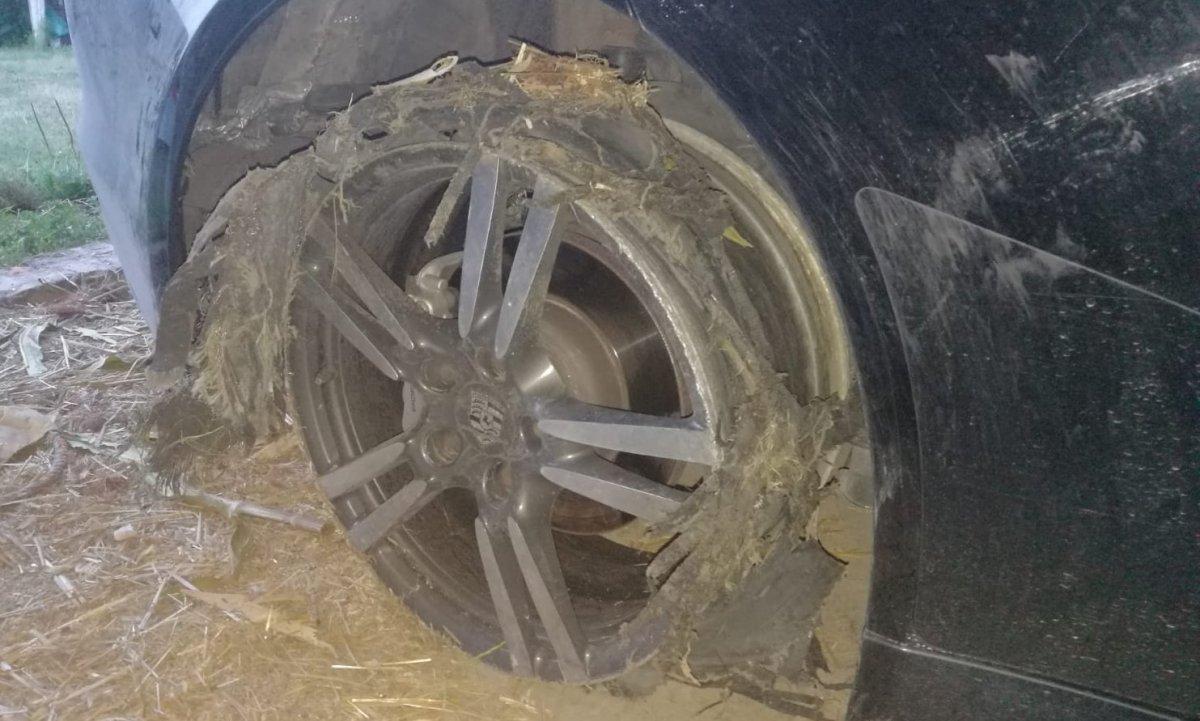 Uszkodzone koło w skradzionym aucie.