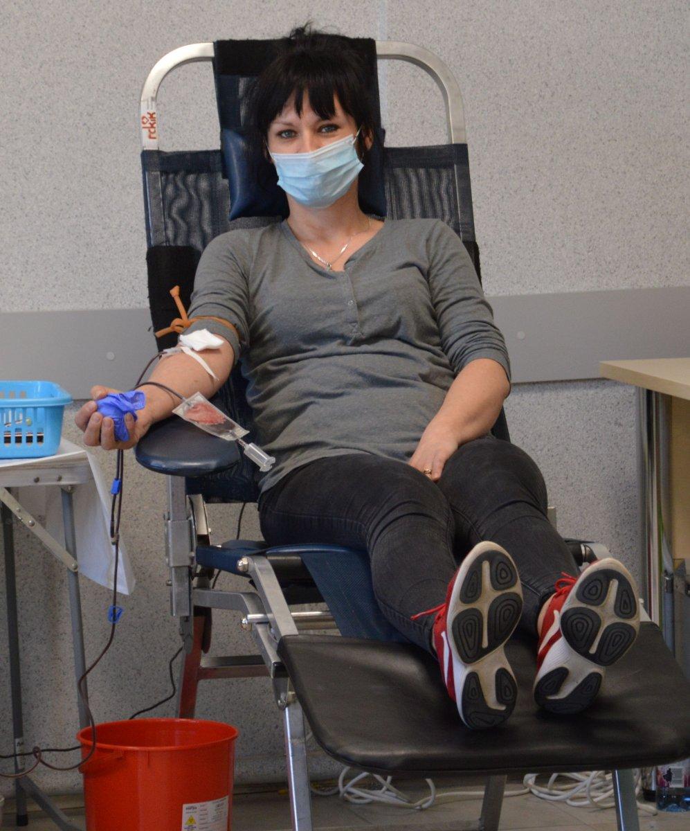 Funkcjonariusze oddają krew.