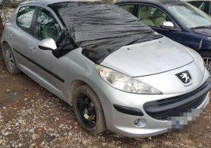 samochód marki Pegeuot z rozbitą przednią szybą